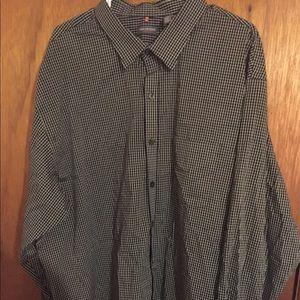 Men's Van Heusen long sleeve dress shirt.